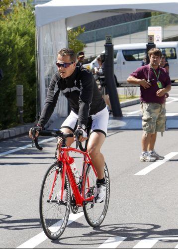 O piloto alemão Michael Schumacher pega a bicicleta para dar uma volta na pista de Suzuka, no Japão