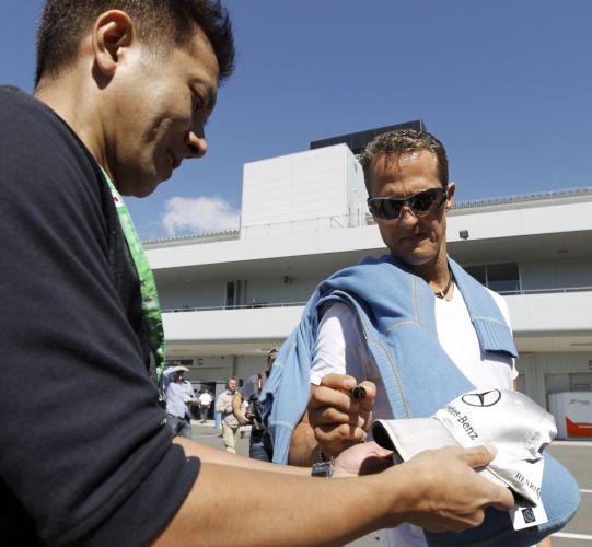 Mesmo depois de uma temporada apagada, o heptacamepão Michael Schumacher segue prestigiado e dá autógrafos no Japão