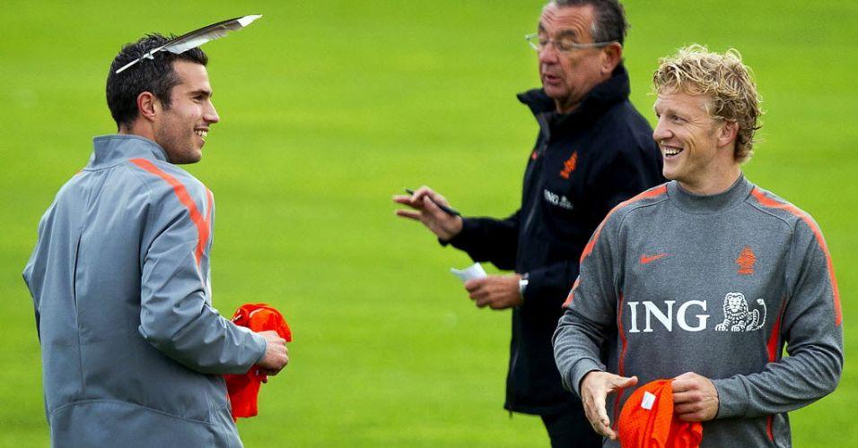 Van Persie usa pena no cabelo durante brincadeira com Kuyt em treino da seleção holandesa antes de jogo contra a Moldávia pelas eliminatórias da Euro