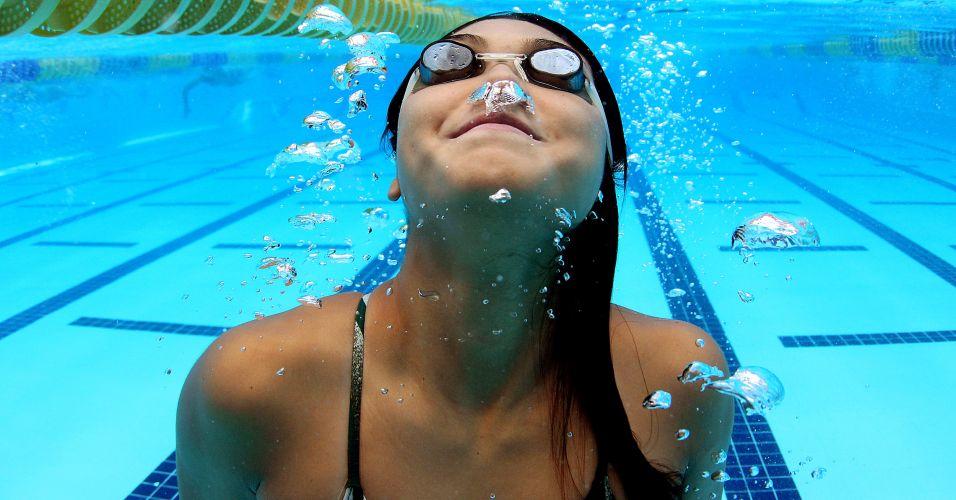Tatiane Sakemi mergulha na piscina mexicana