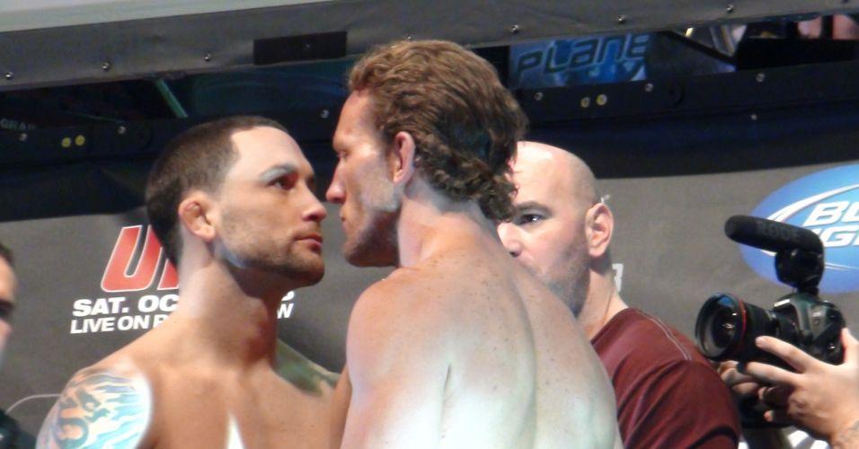 Frankie Edgar (E) e Gray Maynard fazem encarada mais intensa da pesagem para o UFC 136