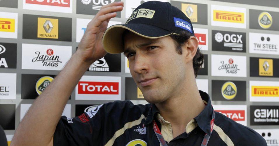 Bruno Senna conversa com jornalistas no circuito de Suzuka antes de ir para a pista com o carro da Renault