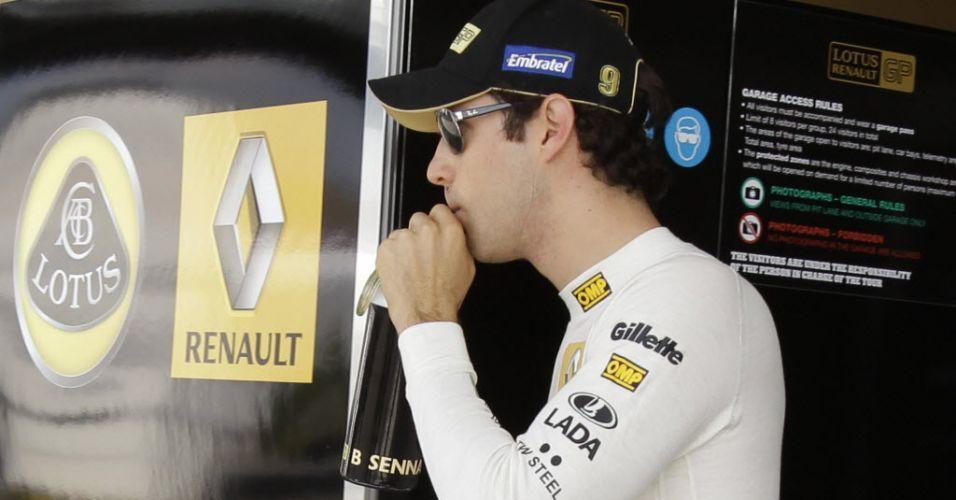 Bruno Senna deixa garagem da Renault depois de bater o carro durante a terceira sessão de treinos livres