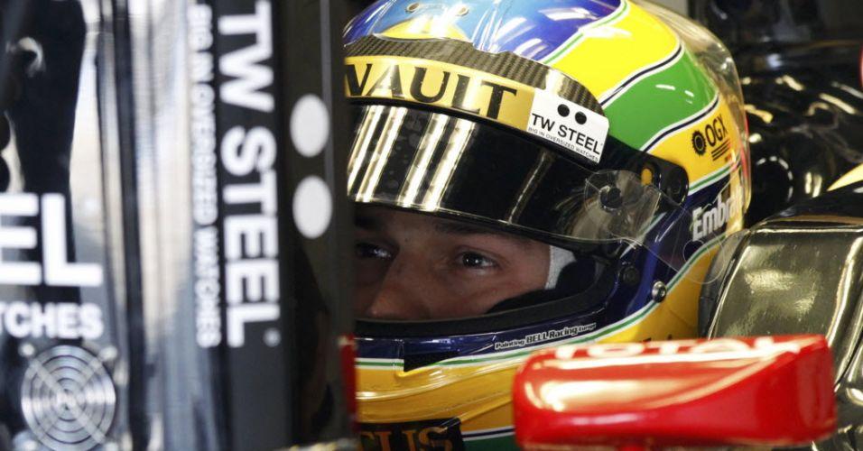 Bruno Senna observa painel dentro do carro da Renault durante treino de classificação em Suzuka