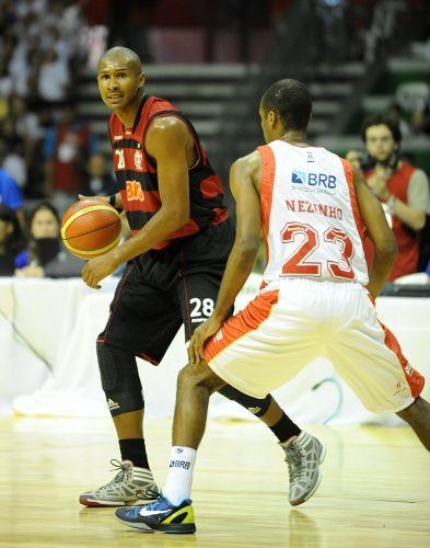 Leandrinho arma o time do Flamengo no amistoso contra o Brasília. Jogador fez sua estreia pelo time carioca