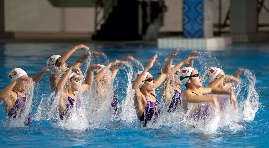 Atletas do nado sincronizado treinam para a disputa do Pan
