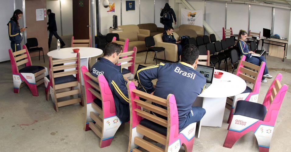 Equipe de natação do Brasil usa internet na área de convivência da delegação brasileira na Vila Pan-Americana