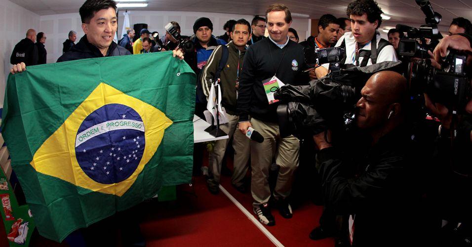 Hugo Hoyama mostra bandeira brasileira a jornalistas; mesa-tenista será o porta-bandeira da delegação brasileira nos Jogos Pan-Americanos