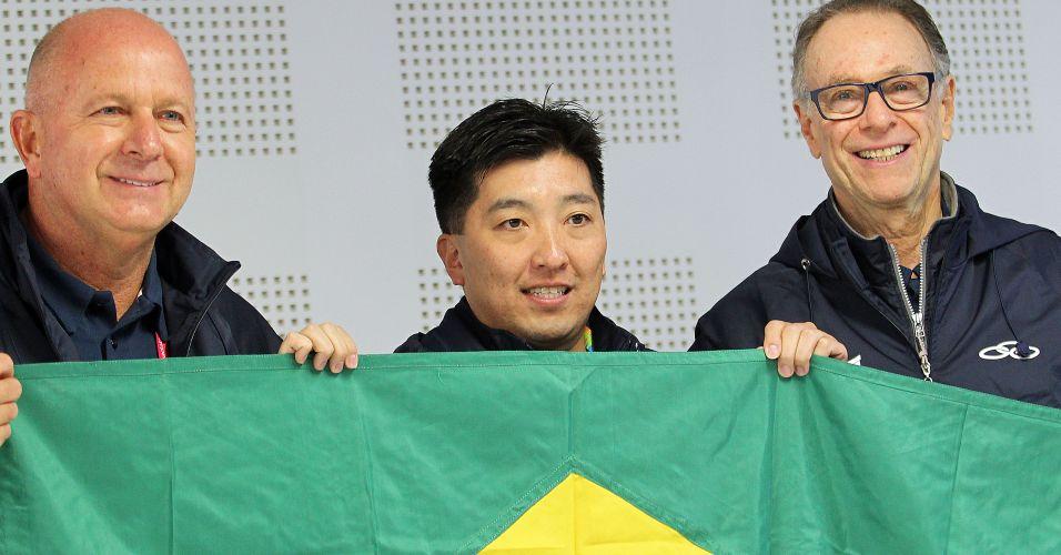 Porta-bandeira da delegação brasileira no Pan, Hugo Hoyama posa com o chefe de missão do Brasil no México, Bernard Rajzman, e o presidente do COB, Arthur Nuzman