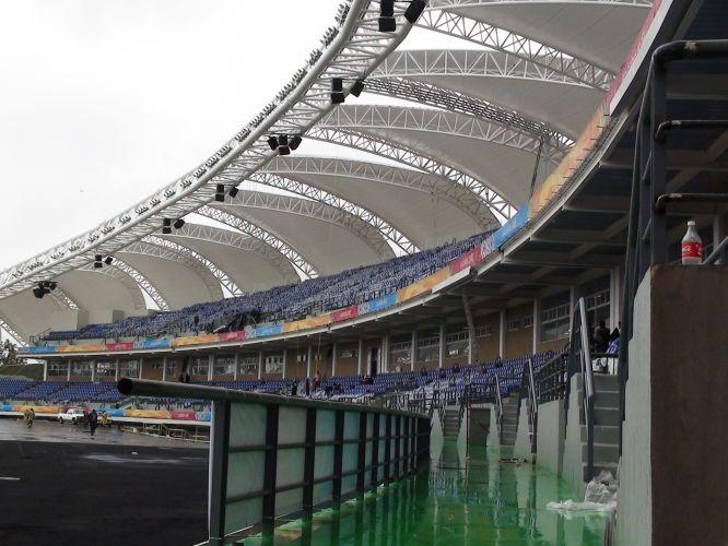 Fachada do estádio Telmex de atletismo vista do lado interno do local