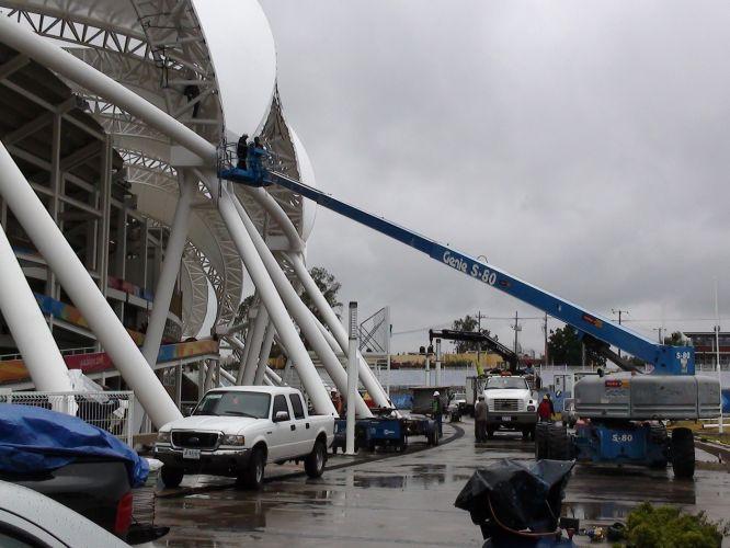 Operários dão os últimos retoques em parte da grande estrutura branca que embeleza a arquitetura do estádio
