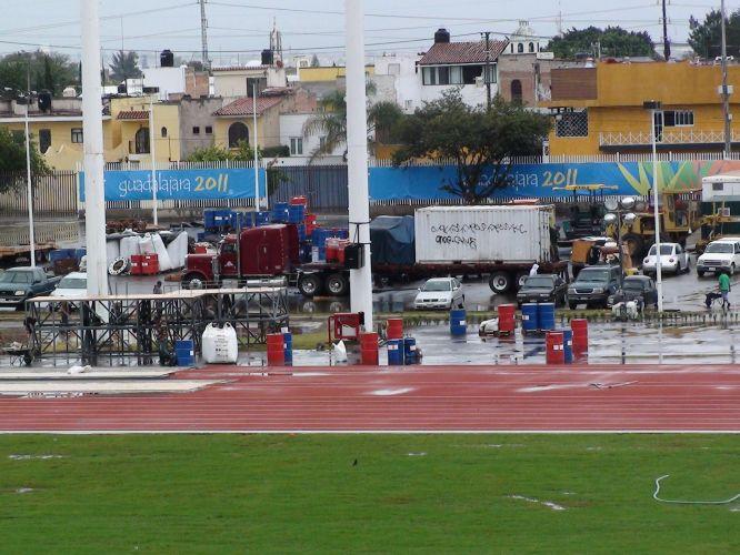 Caminhões e guindastes ainda estão no estádio para ajudar na parte final da obra