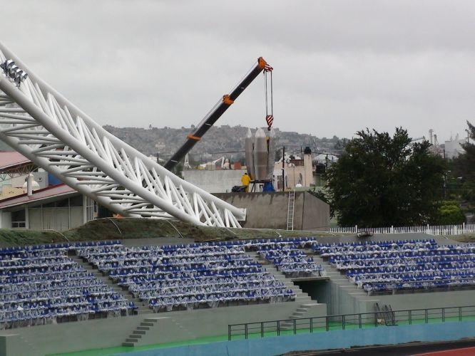 Tocha gigante que receberá a chama pan-americana é instalada no estádio Telmex