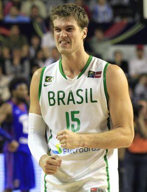 Tiago Splitter chegou a ser convocado para a seleção de basquete, mas pediu dispensa para ficar treinando nos Estados Unidos