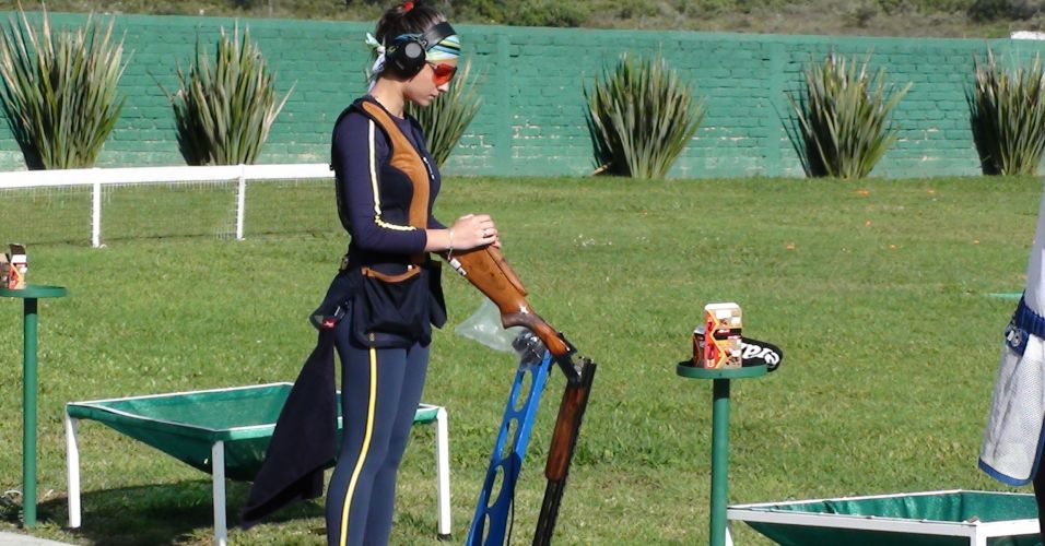 A brasileira Karla de Bona se concentra antes de mais um disparo em treino da delegação no Club Cinegético Jalisciense
