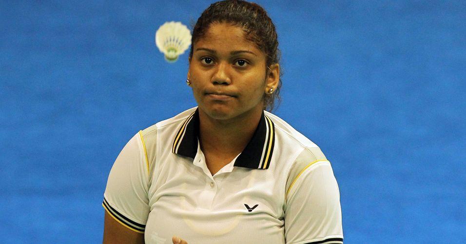 Lohaynny Vicente observa peteca durante sua partida de estreia pelo badminton no Pan