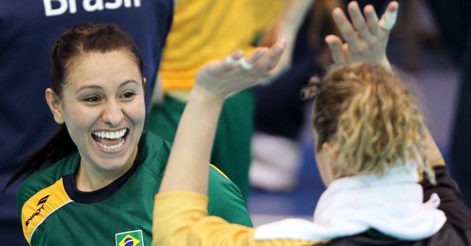 Fabiana comemora com a goleira Chana na vitória brasileira pela estreia do Pan contra os EUA