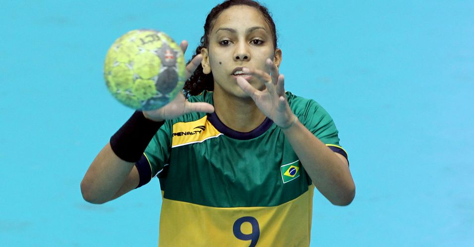 Ana Paula recebe bola durante a vitória brasileira sobre os Estados Unidos na estreia pelo Pan