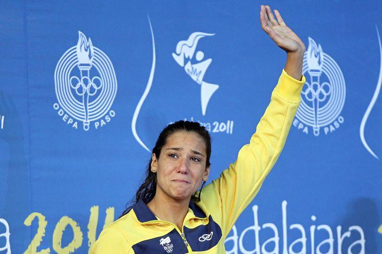 Joanna Maranhão se emociona na cerimônia de pódio depois de ficar com a medalha de prata nos 400 m medley do Pan, perdendo o ouro para a norte-americana Julia Smit
