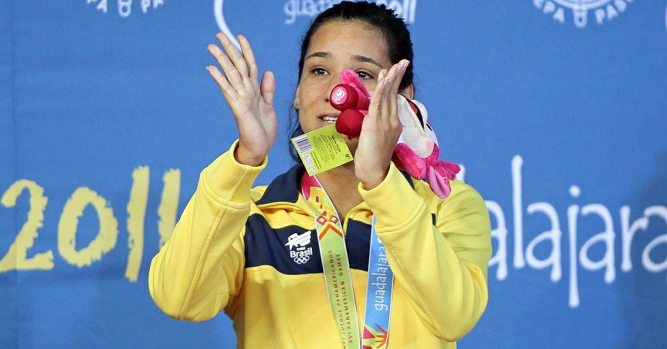 Joanna Maranhão comemora com a medalha de prata no pódio de Guadalajara após o segundo lugar nos 400 m medley
