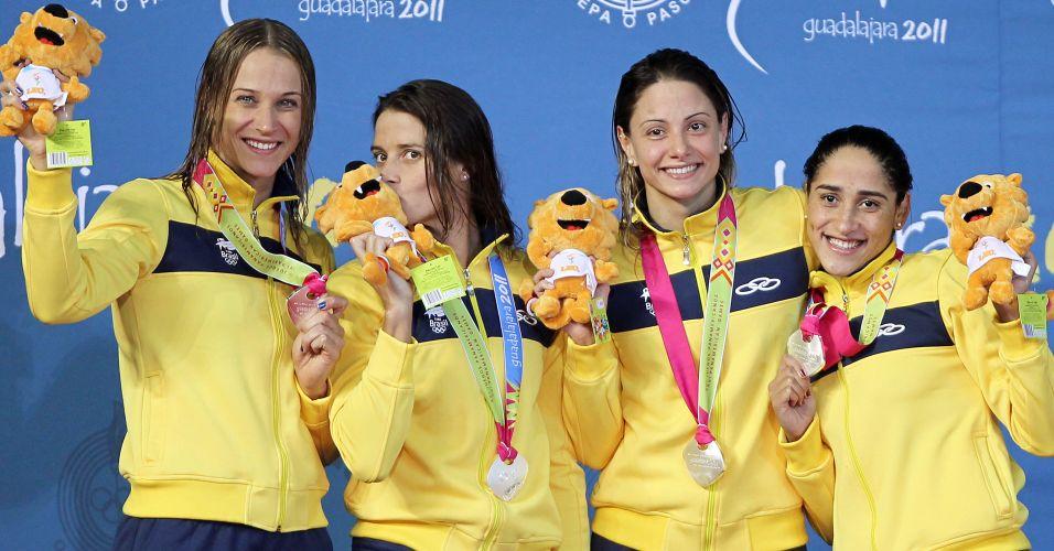 Revezamento 4x100m livres do brasil comemora a conquista da medalha de prata no Pan de Guadalajara