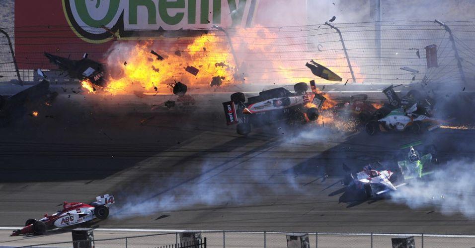 O carro de Dan Wheldon (canto superior esquerdo) é envolvido em chamas após acidente na prova de Las Vegas da Fórmula Indy. O piloto foi retirado às pressas por helicóptero do autódromo, mas não resistiu aos ferimentos e morreu. (16/10/2011)