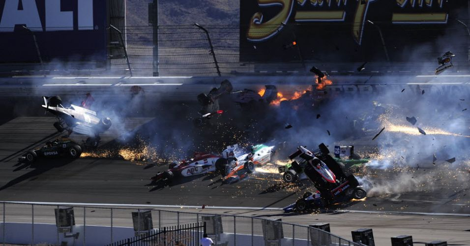 Veículos voam e colidem durante acidente que ocorreu neste domingo e envolveu 15 carros durante a etapa de Las Vegas da Fórmula Indy.O piloto inglês Dan Wheldon foi encaminhado para o hospital às pressas, mas não resistiu aos ferimentos e morreu. (16/10/2011)