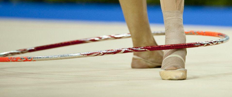 Em detalhe, ginasta controla com o pé o arco, durante o primeiro dia de Pan, no México