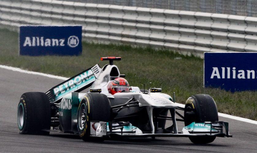 Michael Schumacher abandonou o GP da Coreia do Sul após ter sua Mercedes atingida pela Renault de Vitaly Petrov