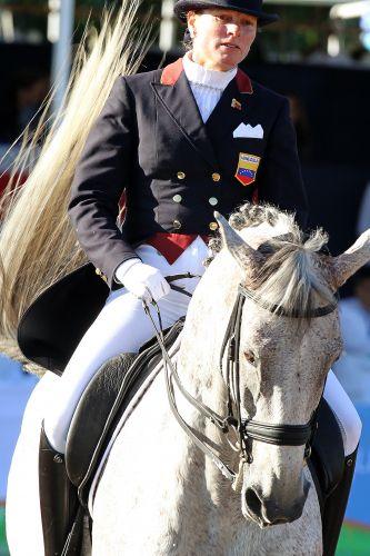 Venezuelana Irina Molero se apresenta com a montaria Sambuca pelo adestramento no Pan