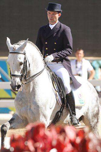 Mauro Pereira Júnior faz apresentação com o cavalo Tulum Comando durante a disputa do adestramento