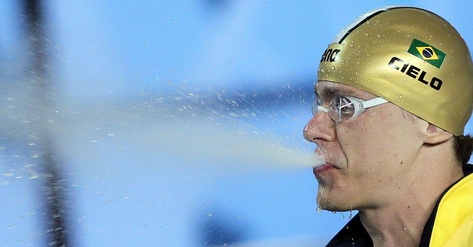 O jato de água também faz parte do ritual do campeão antes das provas