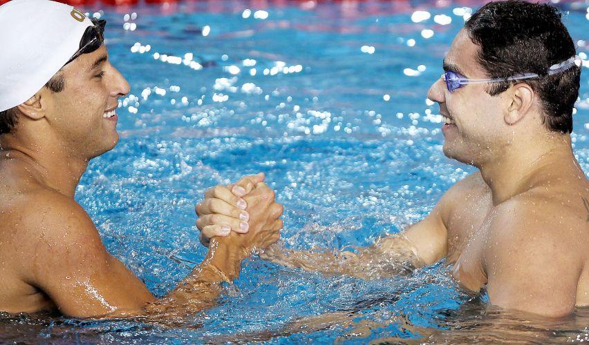 Felipe Lima (dir.) cumprimenta Felipe França depois da final dos 100m peito. Eles ficaram com as medalhas de prata e ouro, respectivamente
