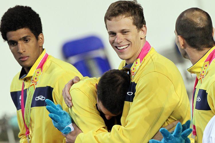 Bruno Fratus e Cesar Cielo se abraçam durante a cerimônia de premiação do revezamento 4x100m livre