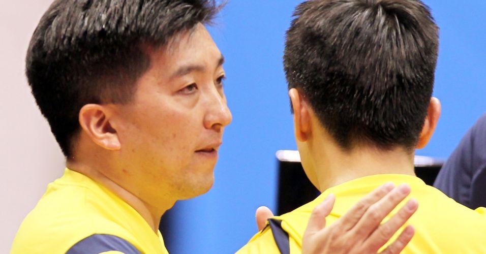 Hugo Hoyama dá os parabéns a Gustavo Tsuboi, pela vitória na primeira partida da final contra o argentino Liu Song