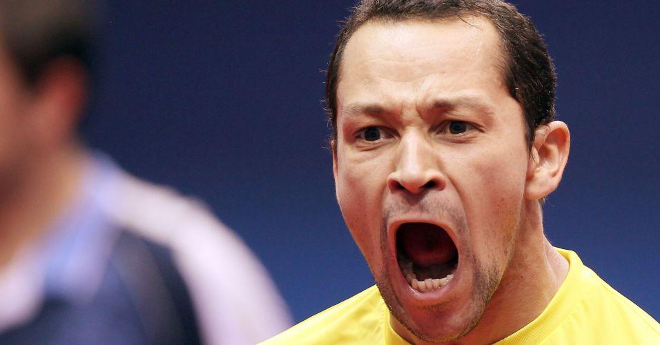 Thiago Monteiro vence a segunda para o Brasil por 3 sets a 1 e comemora a vantagem