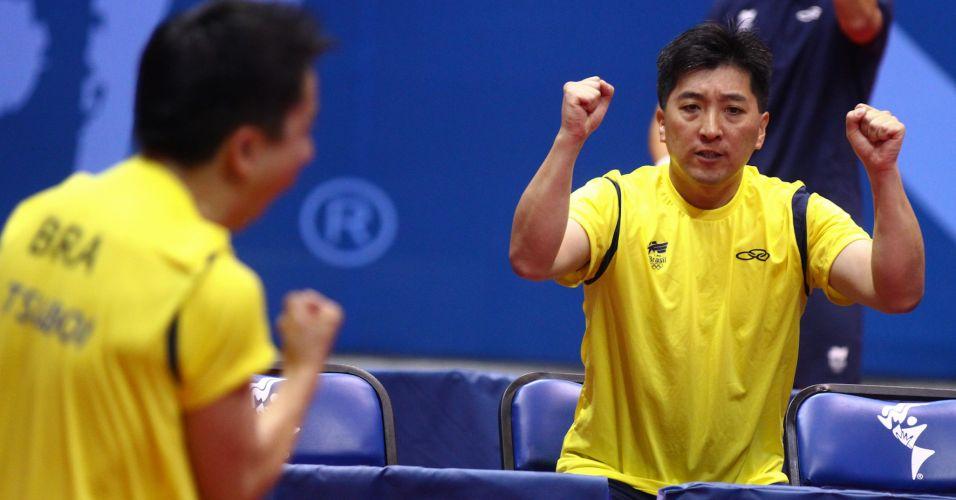 Hugo Hoyama comemora com Tsuboi a vitória na primeira partida da final contra a Argentina, no tênis de mesa por equipes