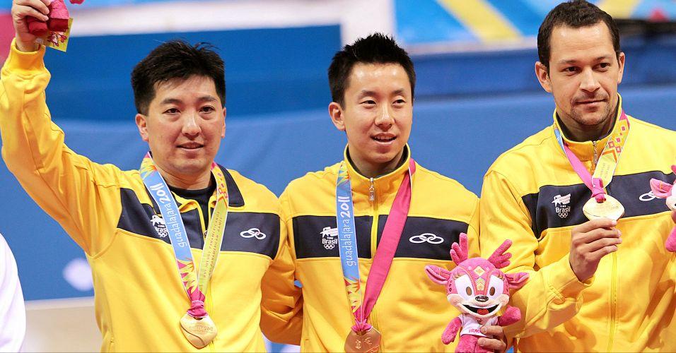 Equipe brasileira de tênis de mesa festeja a conquista da medalha de ouro por equipes nos Jogos de Guadalajara
