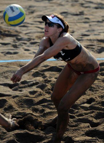 Areia vira lama na quadra de vôlei de praia enquanto a canadense Elizabeth Maloney joga contra dupla de Porto Rico em Puerto Vallarta