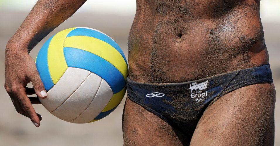 Larissa fica com o corpo manchado com a areia escura da quadra onde é disputado o vôlei de praia na vitória ao lado de Juliana diante de equatorianas