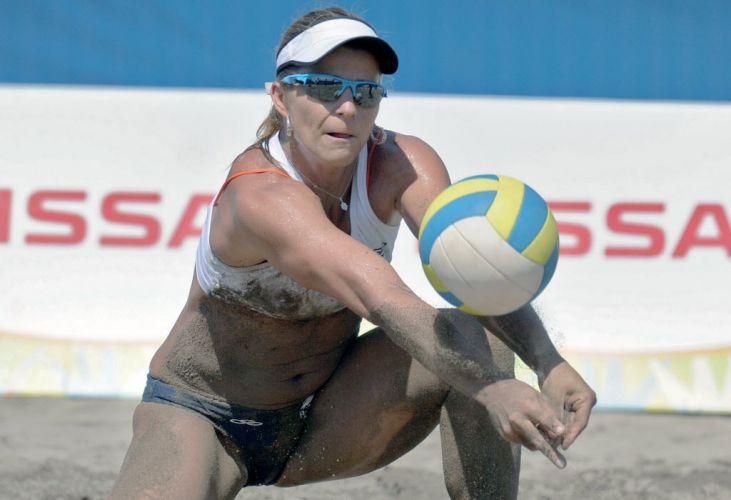 Com o corpo marcado por areia escura, Larissa faz recepção na vitória ao lado de Juliana contra equatorianas
