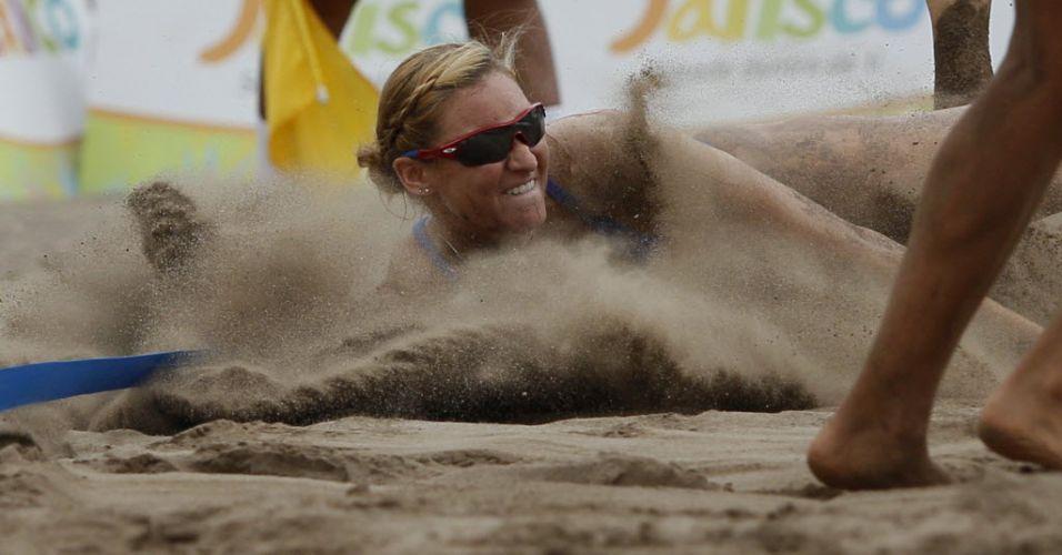 Norte-americana Heather Hughes cai na areia durante partida de vôlei de praia contra a Guatemala