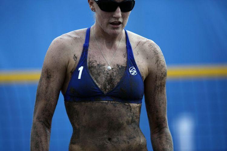 Norte-americana Emily Day também fica com o corpo marcado pela areia na partida ao lado de Heather Hughes contra a Guatemala