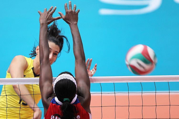 Sheilla ataca contra o bloqueio simples de jogadora cubana; Brasil venceu por 3 sets a 1 e se garantiu na semifinal do Pan