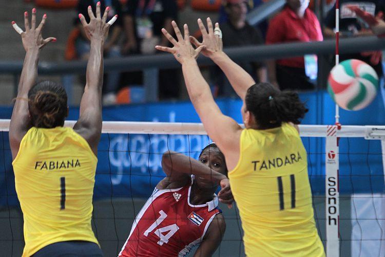 Fabiana e Tandara tentam parar o ataque de jogadora cubana na vitória do Brasil por 3 sets a 1