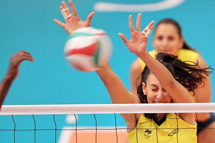 Sheilla, de olhos fechados, bloqueia ataque de Cuba; Brasil venceu o duelo por 3 sets a 1