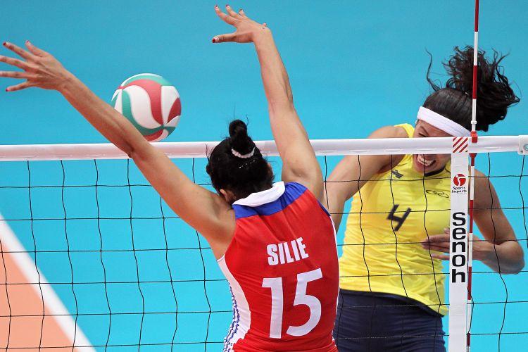 Paula Pequeno ataca contra o bloqueio de Cuba durante a partida nesta segunda-feira; Brasil venceu por 3 sets a 1