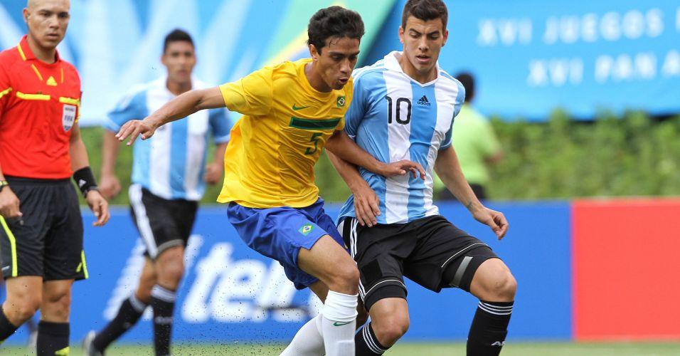 Lucas Zen é perseguido por Michael Hoyos na partida entre Brasil e Argentina