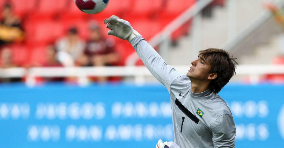 O goleiro brasileiro Cesar coloca a bola em jogo contra a Argentina, no Pan de Guadalajara