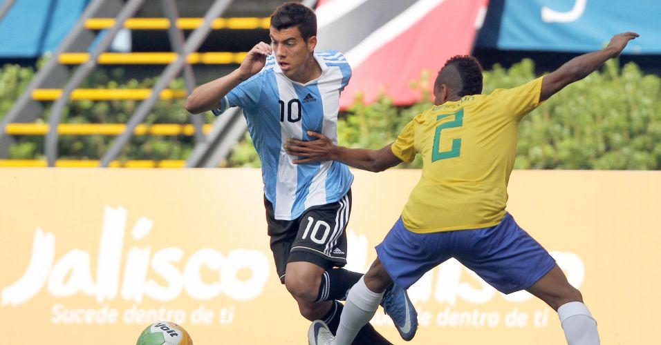 O camisa 10 argentino Michael Hoyos realiza jogada individual contra o brasileiro Madson